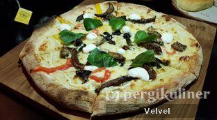 Foto 6 - Makanan(Ricotta E Capanota Pizza) di Gia Restaurant & Bar oleh Velvel
