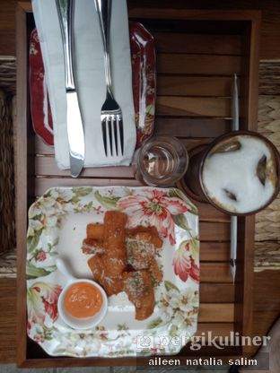 Foto 3 - Makanan(Singkong Goreng + Iced Dollatte) di Red Door Koffie House oleh @NonikJajan