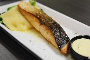 Foto 6 - Makanan(Salmon with Hollandaise Sauce) di Uncle Tjhin Bistro oleh Verdi Danutirto