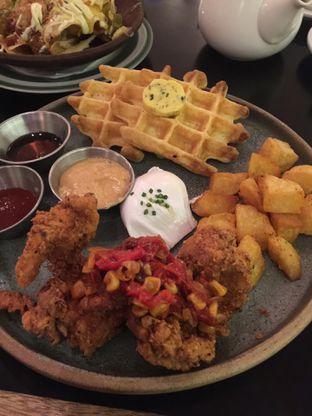 Foto 2 - Makanan(Chicken And Waffle) di Benedict oleh San Der