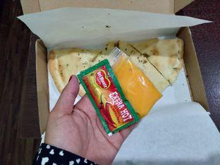 Foto 2 - Makanan(saus chili & cheese) di Monster Cheese Pizza oleh Erika  Amandasari
