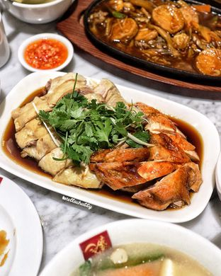 Foto 1 - Makanan(Half chicken (steamed and roasted)) di Wee Nam Kee oleh Stellachubby
