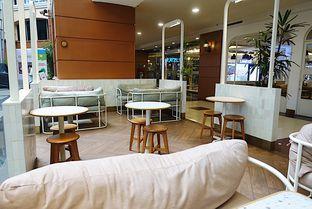 Foto 9 - Interior di Joe & Dough oleh iminggie