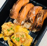 Foto salmon bomb (left); Aburi salmon belly (right) di Sushi Hiro