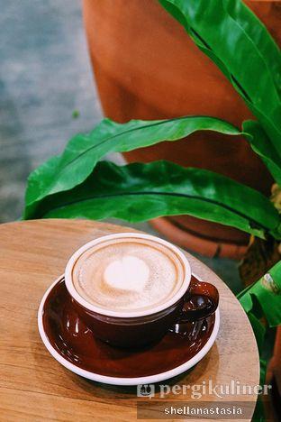 Foto 2 - Makanan(Hot Latte) di Mineral Cafe oleh Shella Anastasia