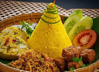 5 Lauk Pauk yang Sering Muncul Pada Sajian Nasi Kuning Tumpeng