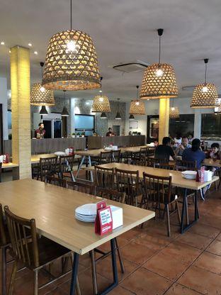 Foto 9 - Interior di Oma Seafood oleh @Sibungbung