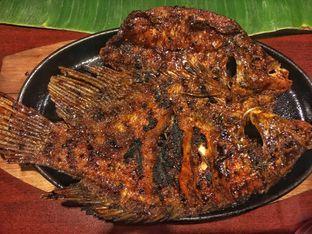 Foto 1 - Makanan(Ikan Gurame Bakar) di Alas Daun oleh Fadhlur Rohman