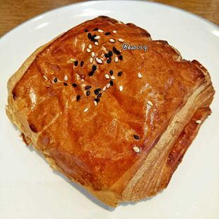 Foto 5 - Makanan(Smoked beef and mozzarella croissant) di Platon Coffee oleh duocicip