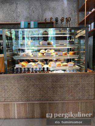 Foto 4 - Interior di Dailydose Coffee & Eatery oleh riamrt