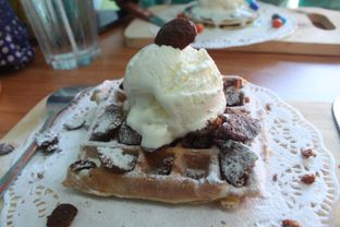 Foto 6 - Makanan(Waffle With Vanilla Ice Cream and Coco Crunch) di Pick N Mix oleh Eunice