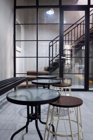 Foto 12 - Interior di Meneed Coffee Cuts oleh yudistira ishak abrar