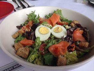 Foto 2 - Makanan(Caesar Salad) di Abraco Bistro & Bar oleh Ilonna Claudya