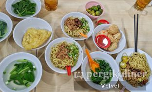 Foto 2 - Makanan(Bakmi, Kuah, Pangsit Goreng, Bakso Goreng) di Bakmie Aloi oleh Velvel