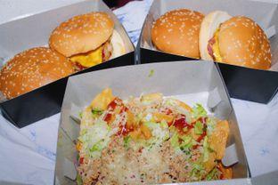 Foto 1 - Makanan(Thunder Burger, Cheese Burger & Pollo Queso) di Wingz O Wingz oleh Novita Purnamasari