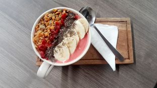Foto 5 - Makanan(Smoothie Bowl Berry Booster (IDR 50,000 - Nett)) di Lula Bakery & Coffee oleh Rinni Kania