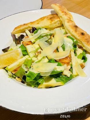 Foto 1 - Makanan(Smoked Salmon & Apple Salad) di Pizza Marzano oleh @teddyzelig