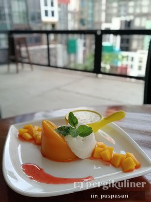 Foto 3 - Makanan(Mango Panacotta) di District Dago Cafe & Resto oleh Iin Puspasari