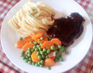 Foto 8 - Makanan(Tenderloin Steak (IDR 106,700 - Nett)) di Tizi's Cakeshop & Resto oleh Rinni Kania