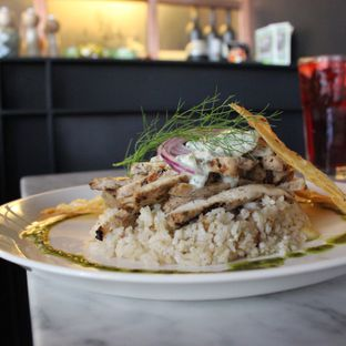 Foto - Makanan(Chicken Gryos with Rice Pilaf and Pita Chips) di Bottega Ristorante oleh Limerwin