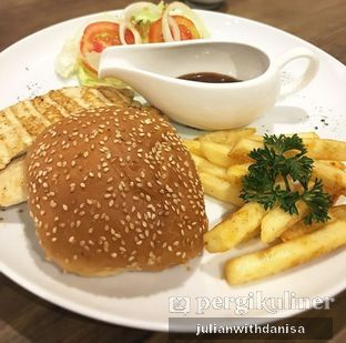 Foto - Makanan(Grilled Chicken Burger) di Alfresco Eatery oleh Julian with danisa