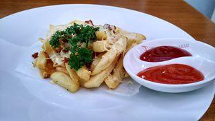 Foto 3 - Makanan(French fries with beef bacon and melted cheese) di Kopi Selasar oleh Shabira Alfath