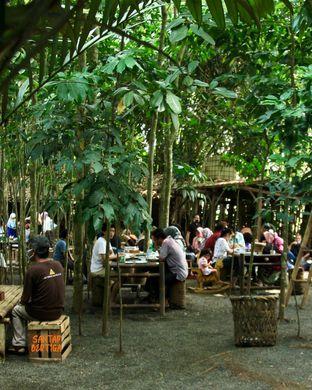 Foto 7 - Interior di Warung Tuman oleh Santap Bertiga