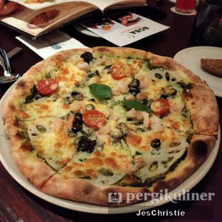 Foto 2 - Makanan(Pizza Shrimp w/ Pesto Sauce Genove Style) di AW Kitchen oleh JC Wen