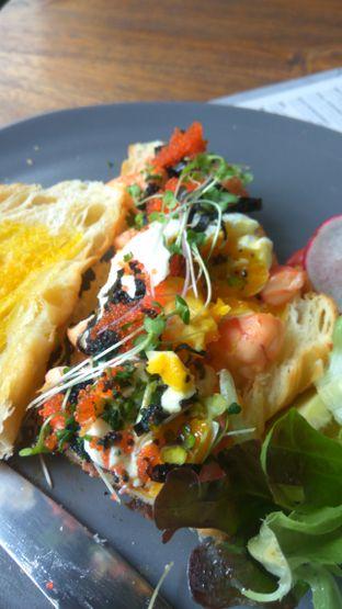 Foto 3 - Makanan(Prawn Sanger (IDR 100k) ) di Burns Cafe oleh Renodaneswara @caesarinodswr
