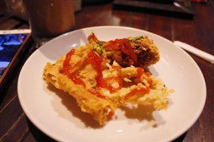 Foto 2 - Makanan(Crispy Chicken Skin & Calamari) di La Baraga oleh Novita Purnamasari