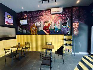 Foto 6 - Interior di FIX Burger oleh feedthecat