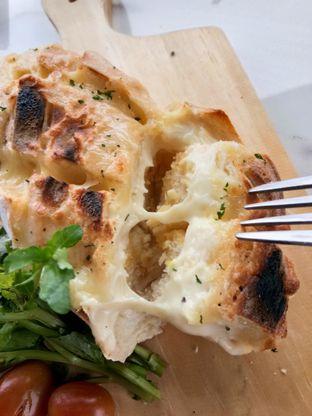 Foto 2 - Makanan(Garlic cheese herb crack bread) di Nicole's Kitchen & Lounge oleh Komentator Isenk