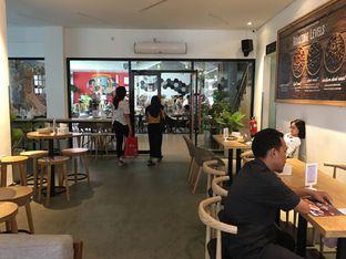 Foto 6 - Interior di Upnormal Coffee Roasters oleh Mariane  Felicia