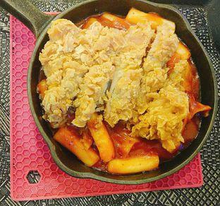 Foto 1 - Makanan(Yangnyeom Chicken Toppoki) di Mujigae oleh Amanda Patricia