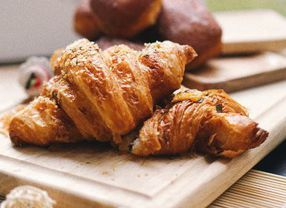 Bagaimana Cara Menyantap Croissant yang Benar? Ini Tipsnya!