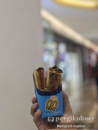 Foto review Auntie Anne's oleh Hungry Couplee 1