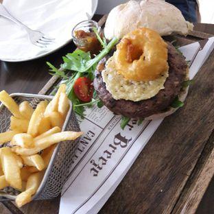 Foto 2 - Makanan(Crispy Burger) di Miss Bee Providore oleh itschubbybelly