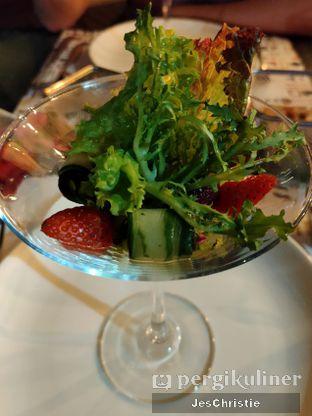 Foto 7 - Makanan(Cupid Strawberry Salad) di Relish Bistro oleh JC Wen
