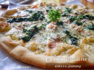 Foto 6 - Makanan(Smoked Salmon & Spinach Pizza) di Thirty Three by Mirasari oleh Yummy Eats