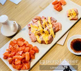 Foto 3 - Makanan(salmon sashimi; aburi salmon with truffle sauce) di 3 Wise Monkeys oleh Sienna Paramitha