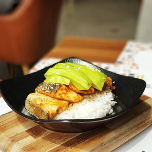 Foto 1 - Makanan(Salmon avocado bowl) di Relish Bistro oleh ai