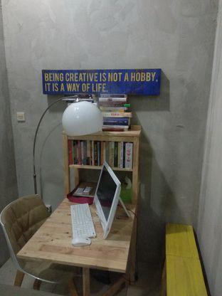 Foto 9 - Interior di Diskusi Kopi dan Ruang Berbagi oleh Eunice