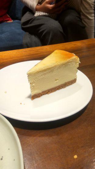 Foto 18 - Makanan(Cheese Cake (IDR 45k) ) di Six Ounces Coffee oleh Renodaneswara @caesarinodswr