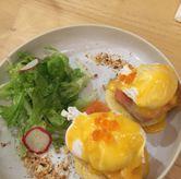 Foto Egg Benedict di Social Affair Coffee & Baked House