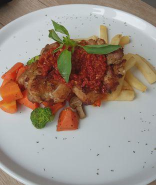 Foto 7 - Makanan(Grilled Chicken (IDR 79.9k) ) di Cecemuwe Cafe and Space oleh Renodaneswara @caesarinodswr