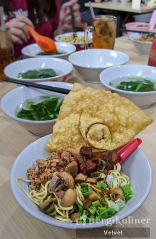 Foto 1 - Makanan(Mie Komplit Setengah Porsi dan Pangsit Goreng) di Bakmie Aloi oleh Velvel