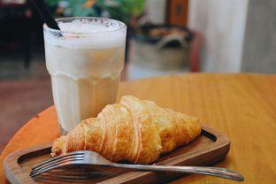 Foto 1 - Makanan(Iced Capuccino, Croissant) di Makmur Jaya Coffee Roaster oleh Desanggi  Ritzky Aditya