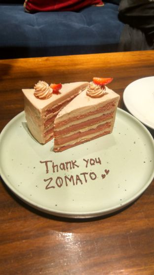 Foto 17 - Makanan(Strawberry Cake (IDR 45k) ) di Six Ounces Coffee oleh Renodaneswara @caesarinodswr