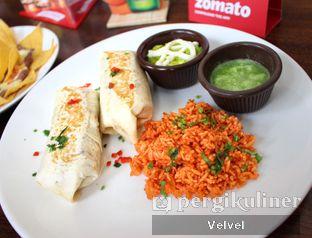 Foto 1 - Makanan(Burrito Chicken) di Amigos Bar & Cantina oleh Velvel