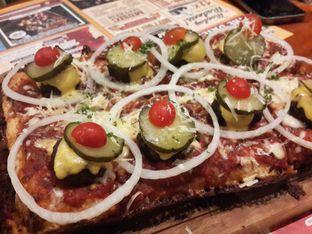 Foto 1 - Makanan(Cheeseburger Detroit Style Pizza) di Pizza E Birra oleh @stelmaris